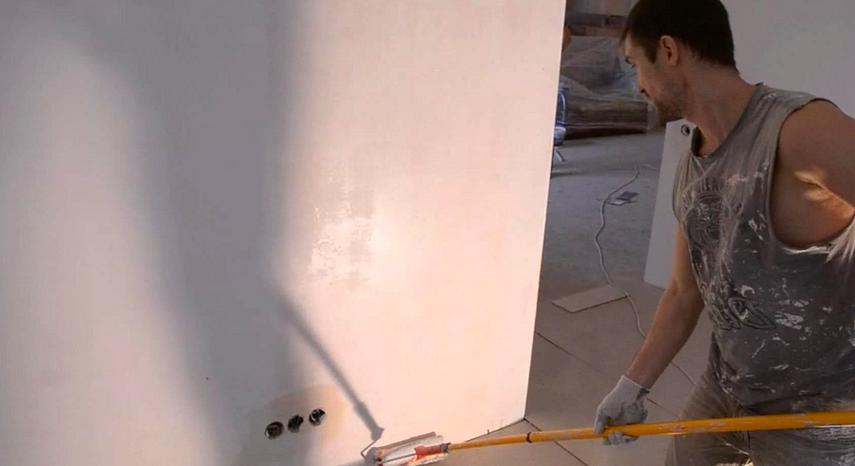 Грунтовка стены при помощи валика